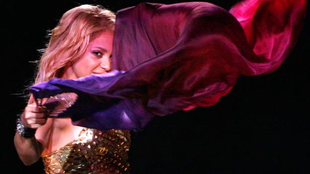 Von Bauchtänzerinnen abgeschaut: Die Sängerin Shakira tanzt mit einem Tuch.