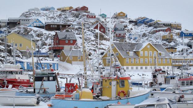 Blick auf ein verschneites Hafenstädtchen