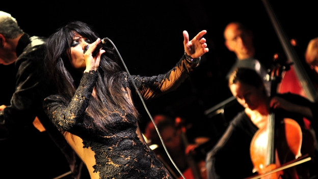 Yasmin Levy singt auf der Bühne.