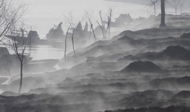 Neblige Landschaft am Meer im Kaschmir.