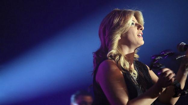 Sängerin Sarit Hadad singt im Scheinwerferlicht.