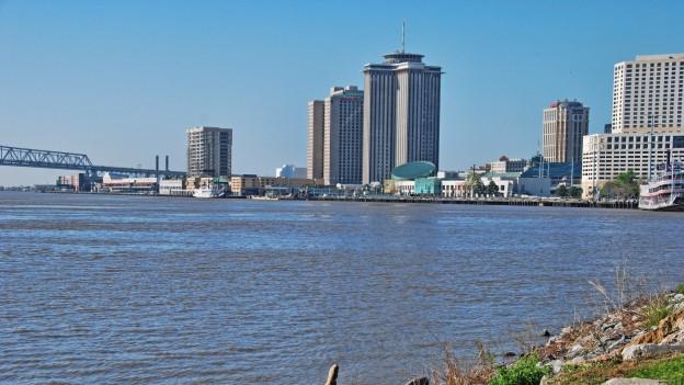 Wasser und Skyline von New Orleans.