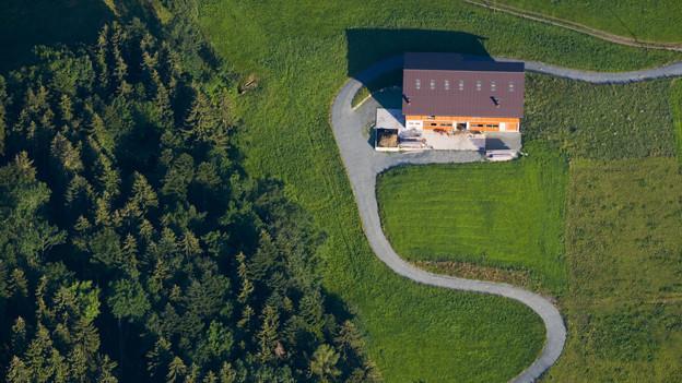 Aufsicht auf eine Appenzeller Hügellandschaft und einen Bauernhof.
