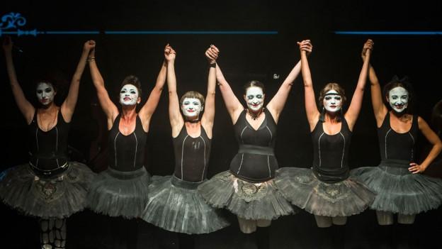 Sechs Frauen im schwarzen Tutu.