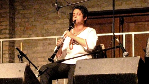 Bajsa Arifovska spielt bei einem Auftritt mit geschlossenen Augen Klarinette.