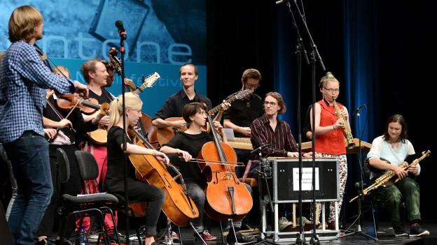 Internationale Musikstudierende gemeinsam beim Konzert «Folk!» am Festival Alpentöne 2015.