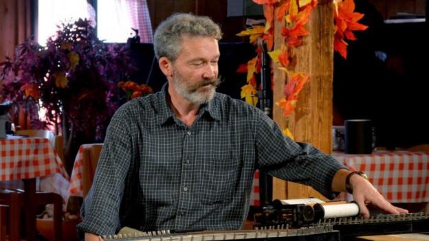 Lorenz Mühlemann spielt im Schweizer Fernsehen Zither.