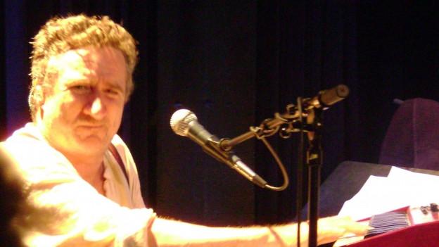 Ein Mann am Mikrophon..