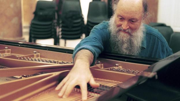 Der Komponist Terry Riley an einem Flügel