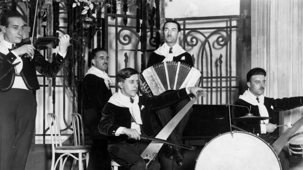 Ein Bild einer Band, die Tango spielt.