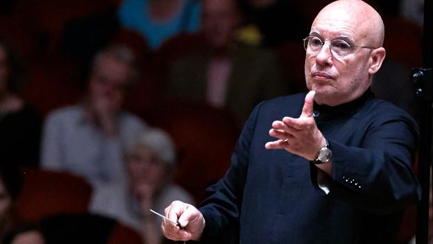 Dennis Russell Davies leitet das Sinfonieorchester Basel