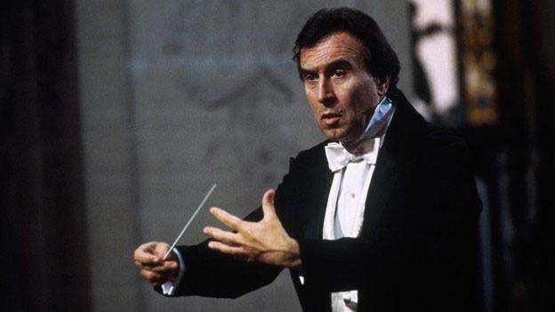 «Zuhören!» ermahnte der Dirigent seine Orchestermusiker in den Proben: Abbado 1985 in Versailles.