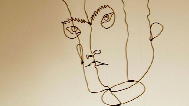 Eine Drahtskulptur zeigt die Umrisse des Gesichts von Edgard Varèse.