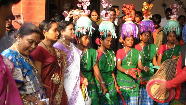 Tanzen und Musikmachen sind entscheidend bei den Santal.