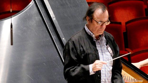 Dirigent Charles Dutoit an der Arbeit.