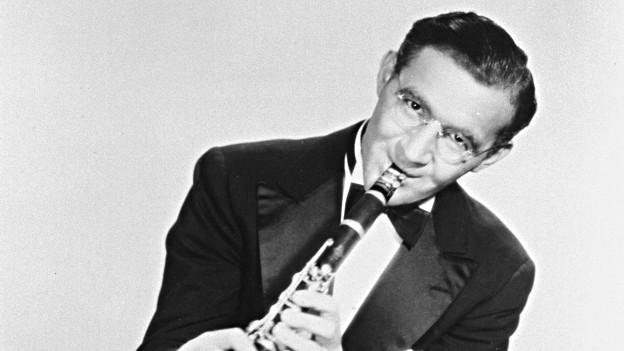 Benny Goodman, in Anzug mit Fliege, spielt Klarinette.