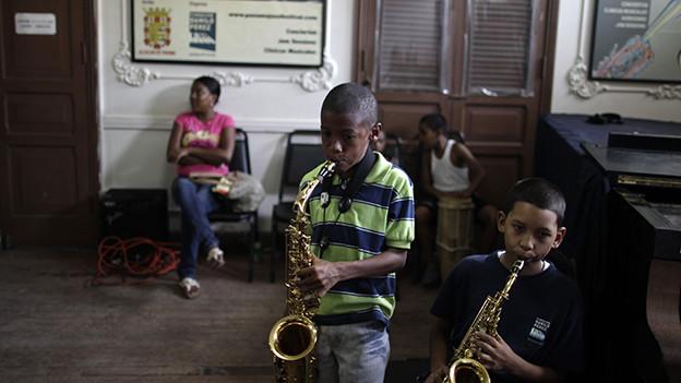 Zwei Kinder spielen Saxophon