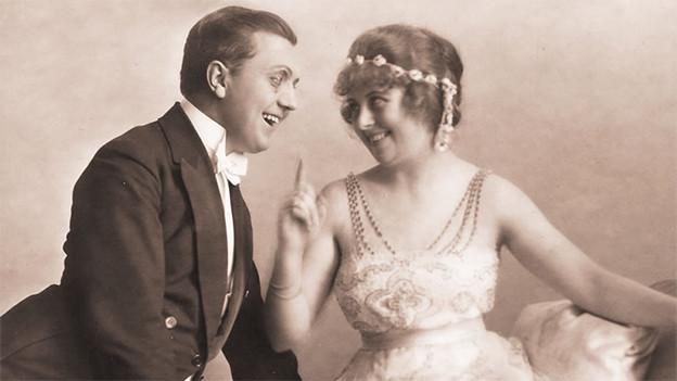 Alte Aufnahme, ein Mann und eine Frau lachen sich an.