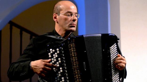 Ein Musiker spielt Akkordeon.