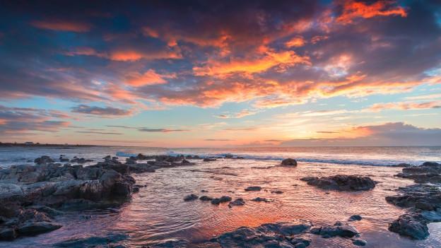 Ein Sonnenuntergang in Sizilien mit Blick aufs Meer.
