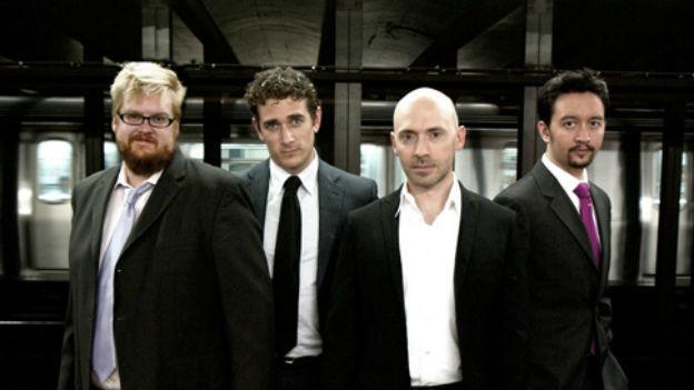 Die vier Männer des Ensembles stehen nebeneinander.