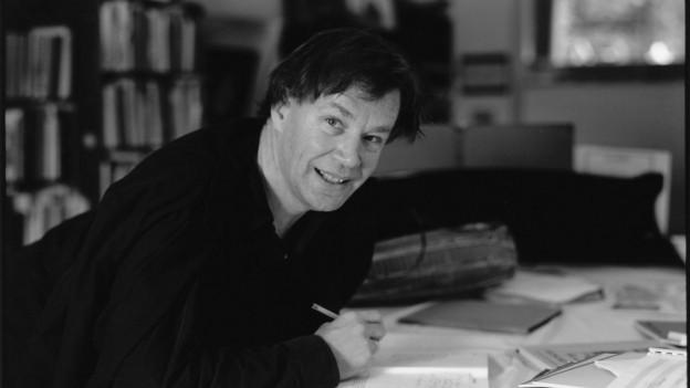 Schwarze Kleider, weisse Notenblätter: Der Schweizer Komponist Jean-Jacques Dünki beim Schreiben von Musik.