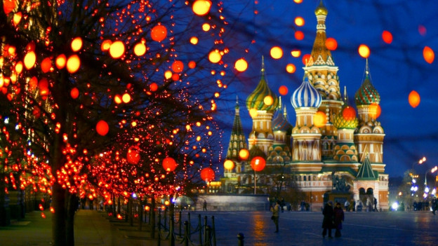 Bunt beleuchteter Platz in Russland
