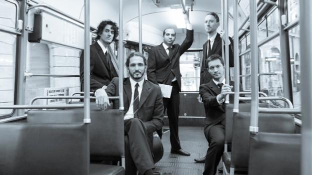 Das Ensemble Thélème in einem Tram.