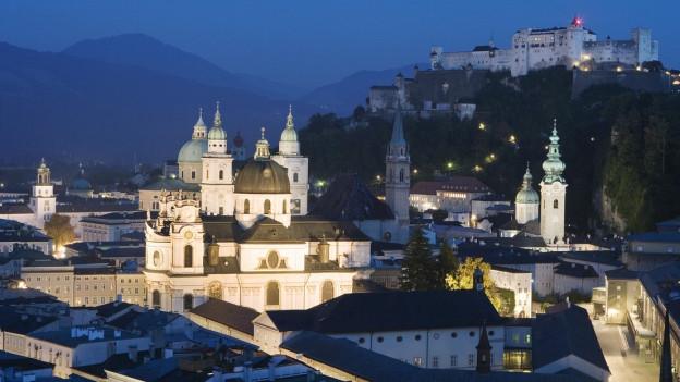 Die Salzburger Altstadt bei Nacht.
