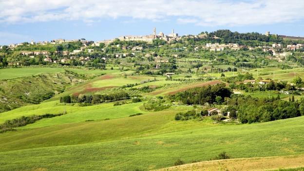 Blick auf eine Stadt in der Toskana