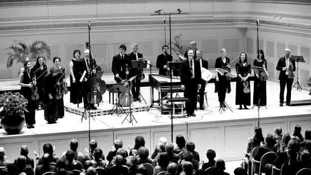 Ein Saal mit Orchester, schwarz-weiss.