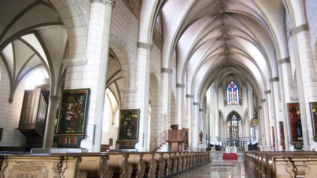 Das Innere einer grossen Kirche.