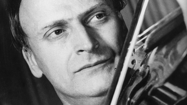 Schwarzweissfoto: Ein Mann mit markanter Nase spielt Geige.
