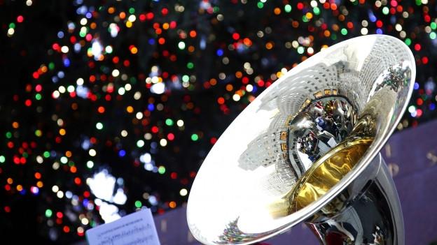 Eine Tuba, im Hintergrund zahlreiche bunte Lieder.