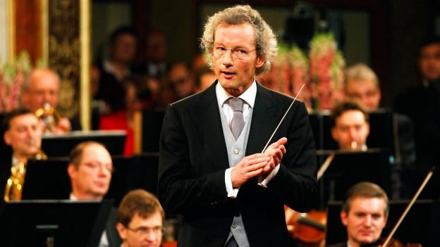 Franz Welser-Möst beim Dirigieren eines Konzertes.