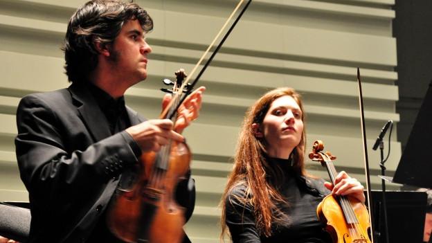 Ein Bild von zwei Musiker des Ensemble Ricercar Consort.