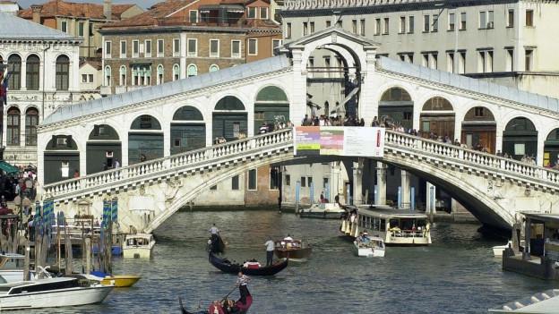 Die historische Ponte di Rialto ist eines der bekanntesten Bauwerke in Venedig.