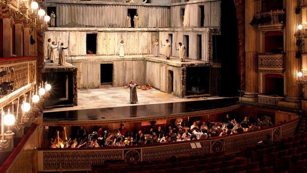Ein Blick auf das historische Carlo Theater in Neapel.