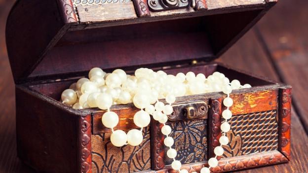Schatzkiste mit Perlen.