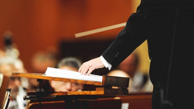 Dirigent Hand mit Dirigentenstab