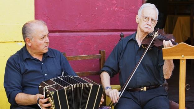 Zwei Musiker aus Lateinamerika spielen auf der Strasse
