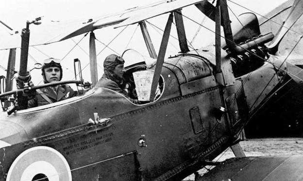 Ein Foto aus dem Ersten Weltkrieg, das zwei Piloten in einem offenen Flugzeug zeigt.