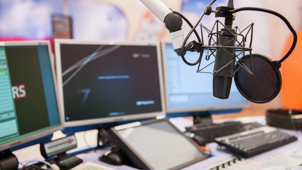 Die Innenansicht eines Radiostudios.