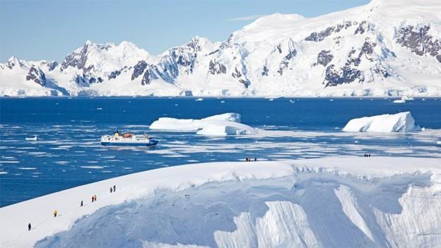 Landgang bei Portal Point, die MS Ocean Nova liegt vor Anker (Antarktis).