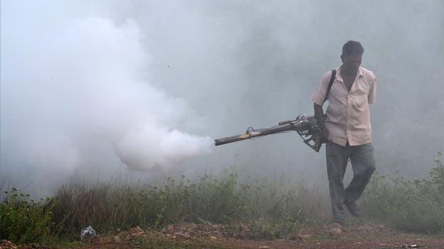 Mann kämpft gegen Malaria mit Rauch.