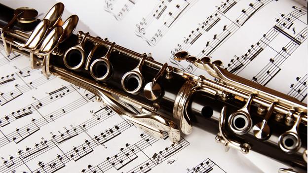 Klarinette auf einem Notenheft.