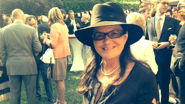 Marianne Grob an einer Vernissage.
