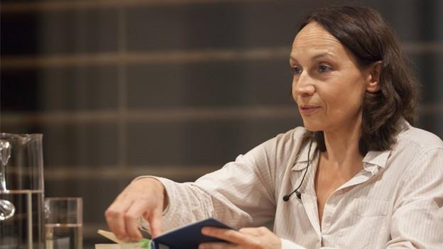 Marion Brasch liest aus einem Buch vor.
