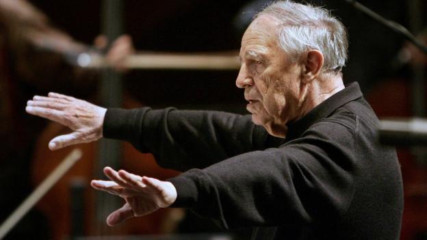Pierre Boulez am Dirigieren.