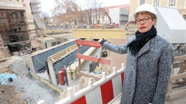 Baudirektorin Regula Lüscher auf einer Baustelle in Berlin.